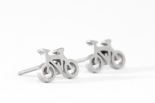 aretes tipo broquel de acero inoxidable, bicicleta plateada