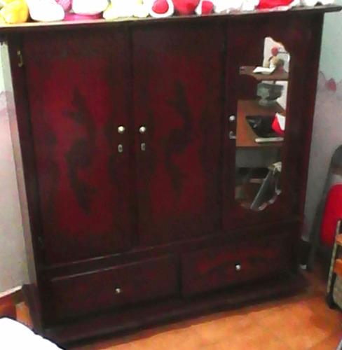 armario amplio color caoba  de tres puertas espejo