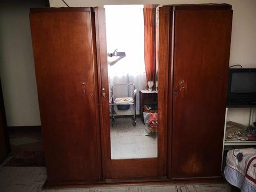 armario, baúl,cama y mesa de noche en cedro ganga de segunda