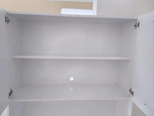 armário branco e vinho