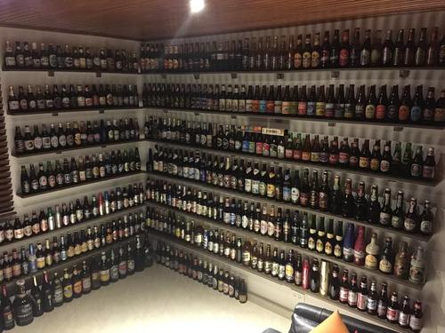 armoniosa colección de botellas de cerveza de todo el mundo