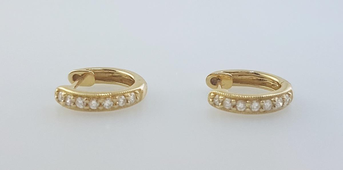 617ea077cccd aros argollas chicas oro amarillo 18k diamantes brillante. Cargando zoom.