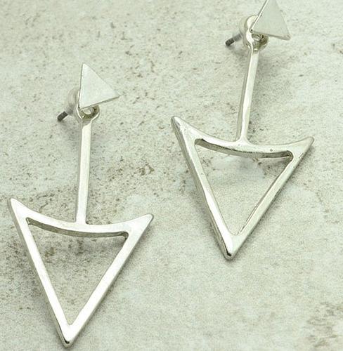 aros de triangulo diseño color plata 925 sobresale la oreja