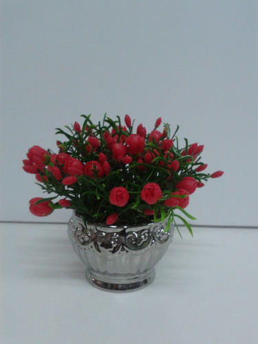 arranjo com mini tulipas vermelhas no vaso taça de cerâmica.