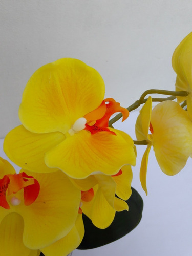arranjo de orquídea artificial para decorar sua mesa