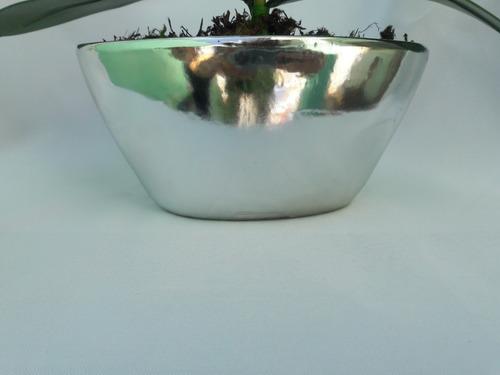 arranjo de orquídeas azul e branca artificiais em vaso prata