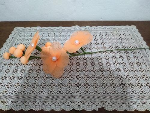 arranjo de orquídeas laranja com branco artesanal