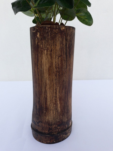 arranjo de verde artificial em bambu rústico