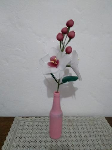 arranjo orquídea com  flores brancas e vinho