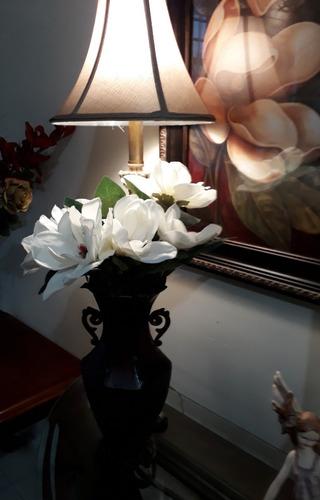 arreglo con flores artificiales magnolias