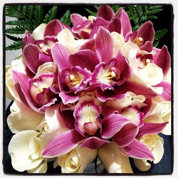 arreglo de flores orquideas y rosas 1 200 00 en mercado libre