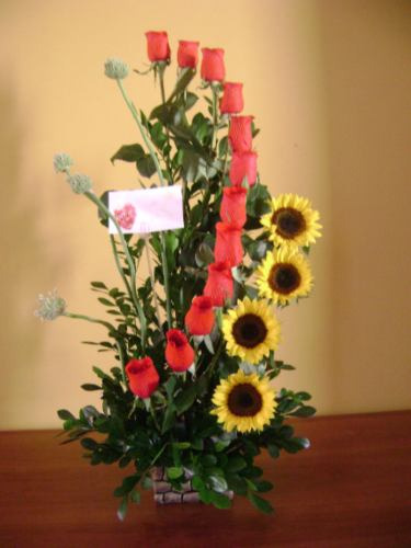 arreglo de rosas y girasoles