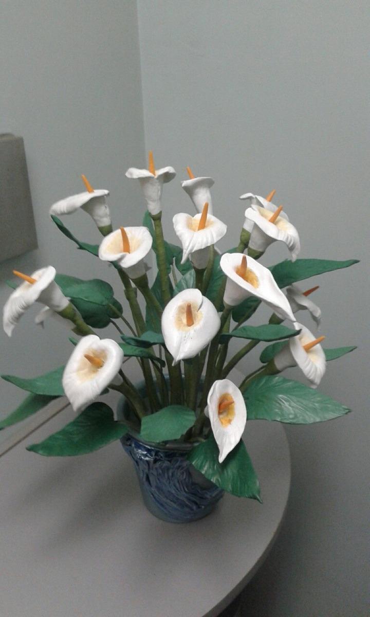 Arreglo Floral Con Calas En Porcelana Fria