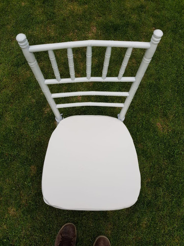 arriendo de sillas chiavari negras y blancas c/cojín
