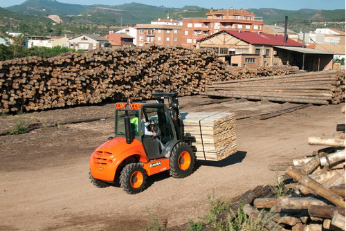 arriendo mensual grúa horquilla todoterreno 4x4 para 2.5 ton