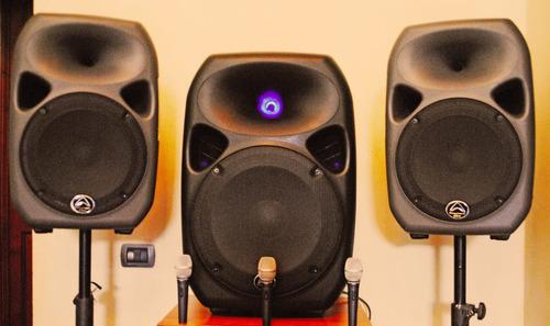 arriendo parlantes activos de calidad, incluye instalación
