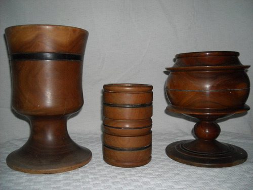 artesanias talladas en madera y figuras en arcilla cocinada.