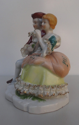 atraente e antiga estatueta em porcelana européia de 1930/40