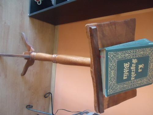 atril de madera para biblia o enciclopedia