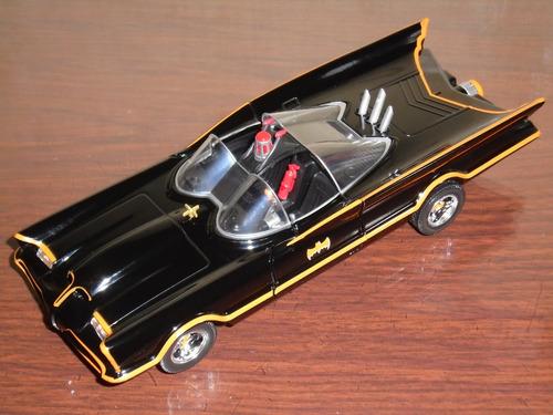 auto batimovil clasico 100% metal de coleccion a escala 1:24