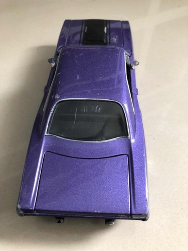 auto de juguete dañado para restaurar
