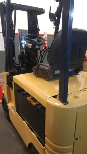 autoelevador eléctrico caterpillar con batería y cargador