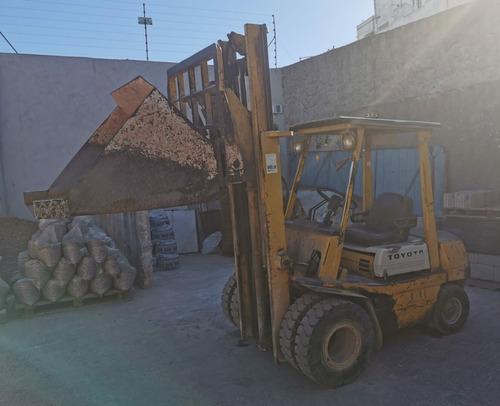 autoelevador toyota, 2,5 toneladas, con tacho
