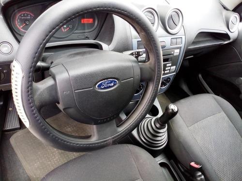 automóvil ford fiesta ikon hatck back
