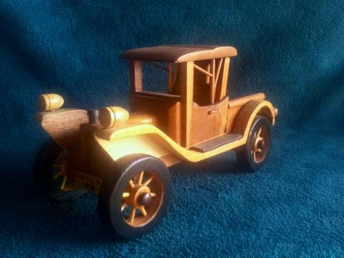 autos clásicos hechos de madera, a escala
