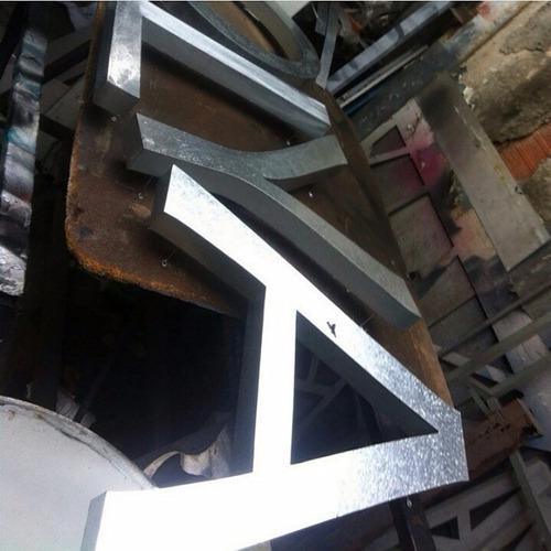 avisos corpóreos  cajas de luz  rotulación  vallas  pendones