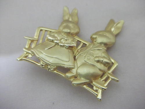 b. antigo- casal de coelhos broche italiano em metal dourado