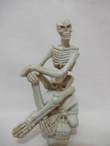 b. antigo - esqueleto sentado sobre caveira em resina