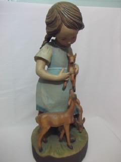 b. antigo - estatueta madeira menina com bambis da dolfi