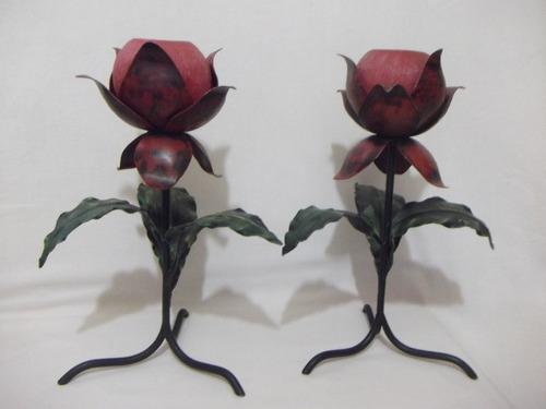 b. antigo - par de castiçais em ferro batido formato de rosa