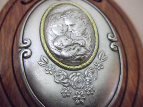 b. antigo- porta água benta com imagem da sagrada família