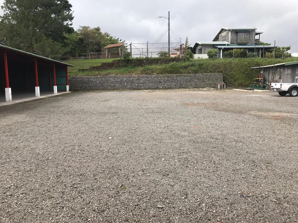 b37. se alquila terreno en área techada para bodegas