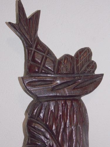 baiana em madeira talhada