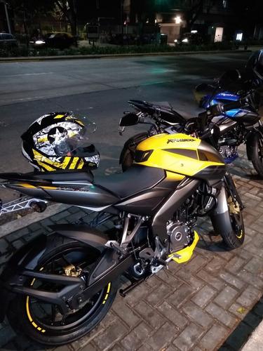 bajaj rowser ns 200 año 2020 amarilla con casco y alarma