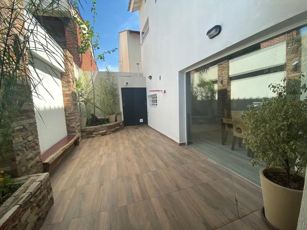 bajo de precio!! chalet de 170 metros cubiertos. patio. garage/quincho. zona divino rostro.
