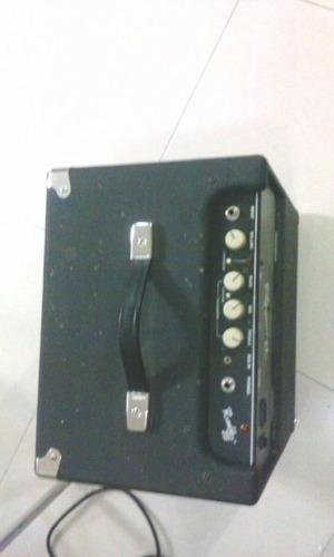 bajo fender amplificador