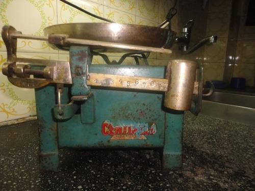 balanza antigua centinela de un plato.