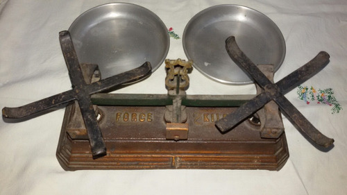 balanza antigua con cepo de pesas lea