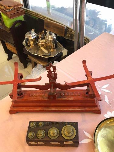 balanza antigua de hierro con 2 platos y taco con pesas
