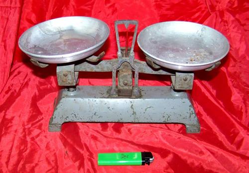 balanza antigua platos