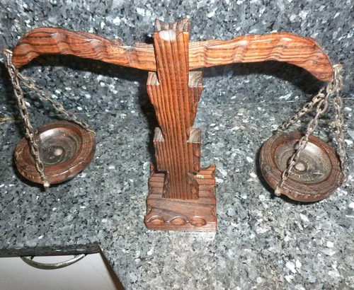 balanza en madera tallada