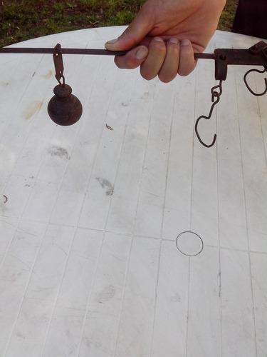 balanza pilón muy antigua.