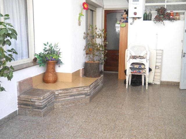 balbastro 1200 pb pque. chacabuco ph 3 amb. frente c/ patio terraza cochera. sin expensas.