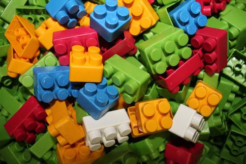 balde com 128 peças de montar playhobbies