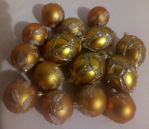 bambalinas, bolas de navidad  variadas y candelabro con vela