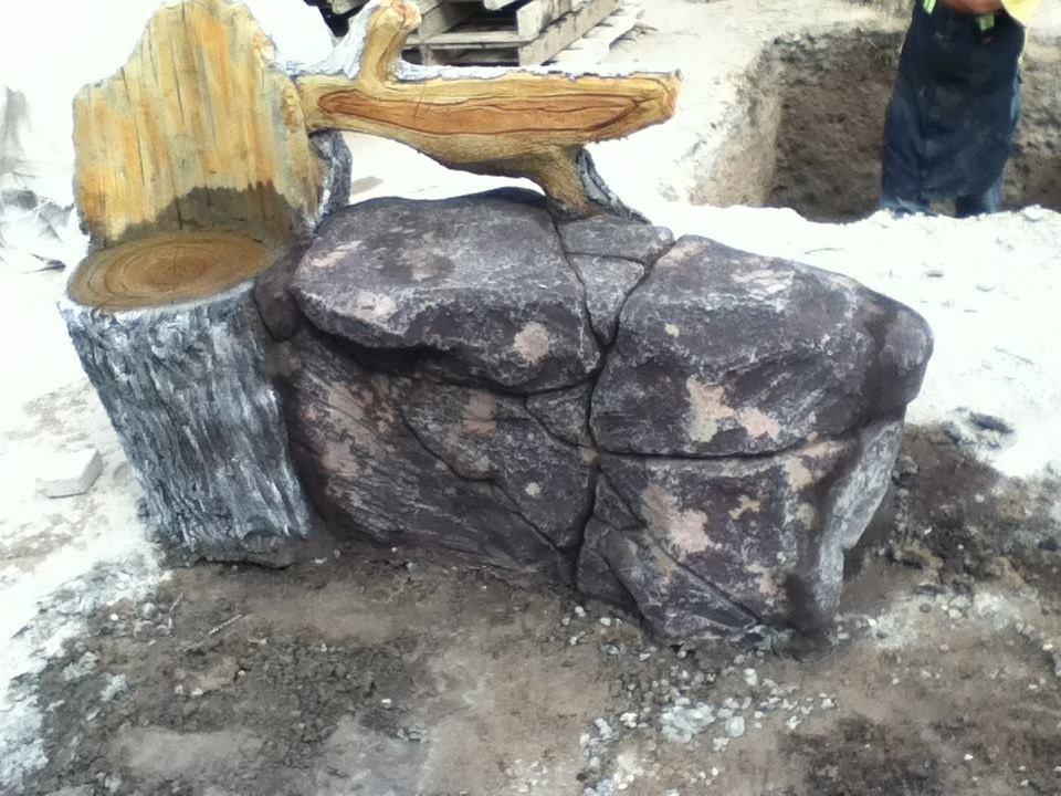 banca de cemento con respaldo imitacion roca y tronco
